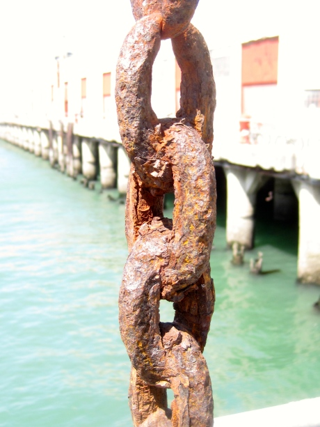 The combination of time, air, and saltwater has left this huge chain in a state of dilapidation.